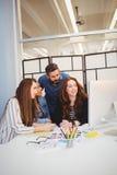 Бизнесмены используя компьютер в конференц-зале Стоковая Фотография