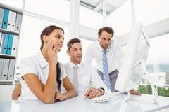 Бизнесмены используя компьютер в офисе Стоковое Изображение