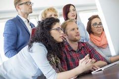 Бизнесмены используя компьютер в офисе Стоковое Фото