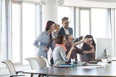 Бизнесмены используя компьютер в офисе Стоковое фото RF