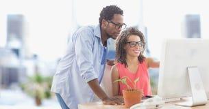 Бизнесмены используя компьютер в офисе Стоковая Фотография RF