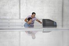 Бизнесмены используя компьютер на приемной Стоковое Фото