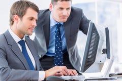 Бизнесмены используя компьютер на столе офиса Стоковые Фото