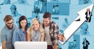 Бизнесмены используя компьютер против диаграммы Стоковые Изображения