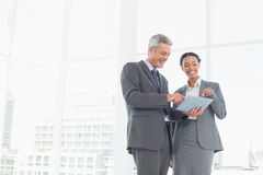 Бизнесмены используя компьютер таблетки Стоковые Изображения RF