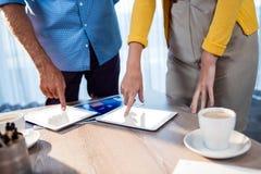 Бизнесмены используя компьютер таблеток Стоковое Фото