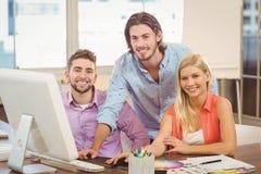 Бизнесмены используя компьютер Стоковые Изображения RF