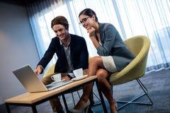 Бизнесмены используя компьютер Стоковая Фотография