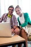 Бизнесмены используя компьютер Стоковое Фото
