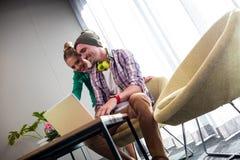 Бизнесмены используя компьютер Стоковые Фотографии RF