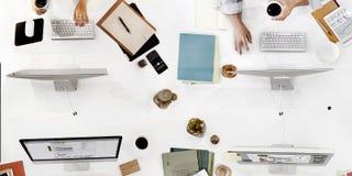Бизнесмены используя концепцию компьютера работая Стоковая Фотография