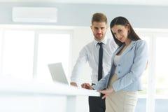 Бизнесмены используя портативный компьютер на Ofiice Стоковые Фотографии RF