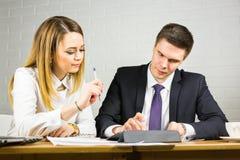 2 бизнесмены используя планшет в офисе Стоковые Изображения