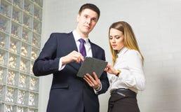 2 бизнесмены используя планшет в офисе Стоковое Фото