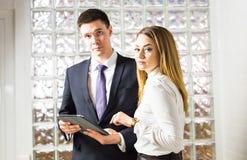 2 бизнесмены используя планшет в офисе Стоковая Фотография RF