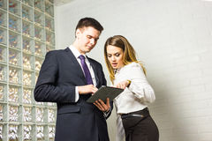 2 бизнесмены используя планшет в офисе Стоковое фото RF