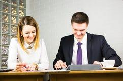 2 бизнесмены используя планшет в офисе Стоковая Фотография