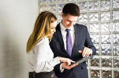 2 бизнесмены используя планшет в офисе Стоковые Фото