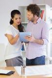 Бизнесмены используя планшет Стоковое Изображение RF