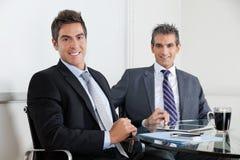 Бизнесмены используя таблетку цифров в офисе Стоковая Фотография