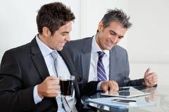 Бизнесмены используя таблетку цифров в офисе Стоковое Фото