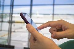 Бизнесмены используя умный телефон с офисом Стоковое фото RF