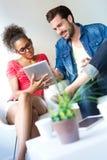 2 бизнесмены используя цифровую таблетку на офисе Стоковые Изображения