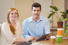 Бизнесмены используя цифровую таблетку на столе Стоковое Изображение