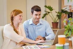 Бизнесмены используя цифровую таблетку на столе Стоковое Фото