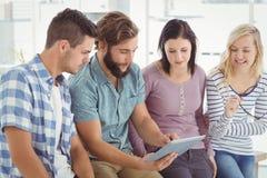 Бизнесмены используя цифровую таблетку на столе Стоковые Фото