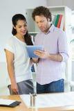 Бизнесмены используя цифровую таблетку Стоковое Фото