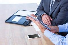 Бизнесмены используя цифровую таблетку Стоковая Фотография