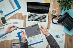Бизнесмены используя цифровую таблетку Стоковое Изображение RF