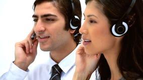 Бизнесмены используя шлемофоны видеоматериал