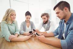 Бизнесмены используя smartphones стоковая фотография