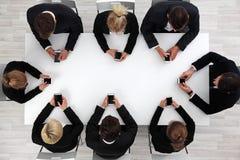 Бизнесмены используя smartphones стоковая фотография rf