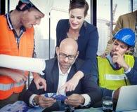 Бизнесмены и архитекторы в встрече Стоковое фото RF
