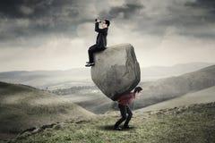 Бизнесмены и большой утес Стоковые Изображения