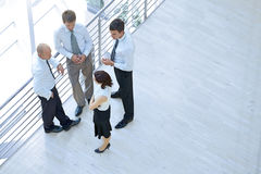 Бизнесмены и женщина стоя совместно путем прокладывать рельсы и беседуя Стоковые Фото