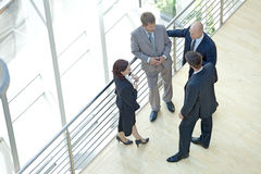 Бизнесмены и женщина стоя совместно путем прокладывая рельсы беседовать Стоковая Фотография RF