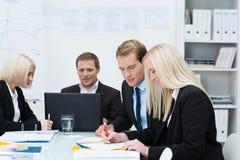 Бизнесмены и женщины в встрече Стоковое Изображение