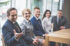 Бизнесмены и женщины работая в команде Стоковые Фотографии RF