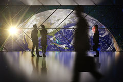 Бизнесмены и женщины смотря глобус Стоковая Фотография RF