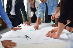 Бизнесмены и инженеры на встрече Стоковое Изображение RF