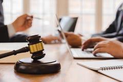 Бизнесмены и команда юриста или судьи обсуждая конференцию Со-вклада стоковые фотографии rf