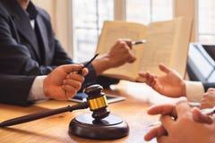 Бизнесмены и команда юриста или судьи обсуждая конференцию Со-вклада стоковое изображение