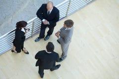 Бизнесмены и коммерсантка стоя совместно путем прокладывать рельсы Стоковое Фото