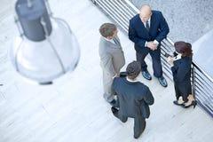 Бизнесмены и коммерсантка стоя совместно путем прокладывать рельсы Стоковая Фотография