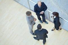 Бизнесмены и коммерсантка стоя совместно путем прокладывать рельсы Стоковая Фотография RF