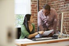 Бизнесмены и коммерсантки встречая в творческом офисе Стоковая Фотография